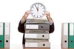 Mujer de negocios en oficina bajo presión de tiempo Imagen de archivo libre de regalías