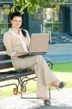 Mujer de negocios en parque del verano Foto de archivo libre de regalías