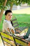Mujer de negocios en parque del verano Fotografía de archivo
