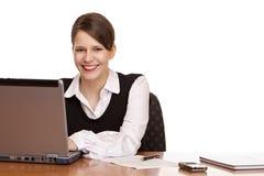Mujer de negocios en trabajos de escritorio sobre la computadora portátil imagenes de archivo