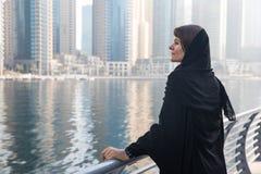 Mujer de negocios en un abaya Fotos de archivo