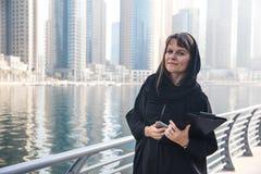 Mujer de negocios en un abaya Imagenes de archivo