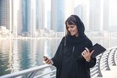 Mujer de negocios en un abaya Imagen de archivo