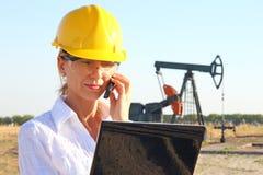 Mujer de negocios en un campo petrolífero Fotos de archivo