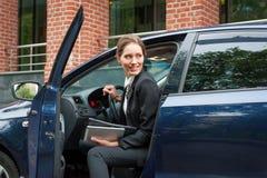 Mujer de negocios en un coche Imágenes de archivo libres de regalías