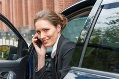 Mujer de negocios en un coche Fotos de archivo libres de regalías