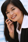 Mujer de negocios en un teléfono Fotos de archivo