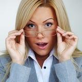 Mujer de negocios en vidrios Foto de archivo libre de regalías