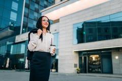 Mujer de negocios en vidrios, traje y café a disposición fotografía de archivo