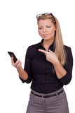 Mujer de negocios enojada con un smartphone Imagen de archivo