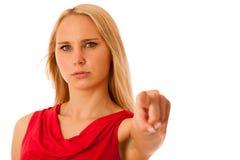 Mujer de negocios enojada en camisa roja que señala en el aislador del espacio de la copia Imagenes de archivo