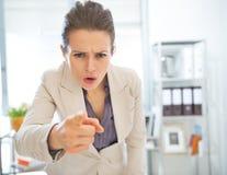 Mujer de negocios enojada que amenaza con el finger Fotos de archivo libres de regalías