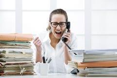 Mujer de negocios enojada que grita en el teléfono Foto de archivo libre de regalías