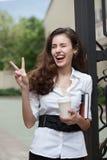 Mujer de negocios feliz con café y el cuaderno Imagen de archivo