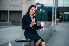 Mujer de negocios feliz con el bocadillo y el café fotos de archivo libres de regalías