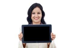 Mujer de negocios feliz con la tableta Imágenes de archivo libres de regalías