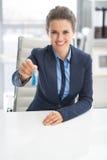 Mujer de negocios feliz que da llaves Fotografía de archivo libre de regalías