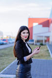 Mujer de negocios feliz que mira smartphone foto de archivo libre de regalías