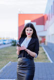 Mujer de negocios feliz que mira smartphone fotos de archivo