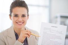 Mujer de negocios feliz que muestra el acuerdo fotos de archivo libres de regalías