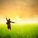 Mujer de negocios feliz que salta en campo verde del arroz Fotos de archivo libres de regalías