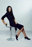Mujer de negocios feliz que se sienta en una silla Fotografía de archivo libre de regalías