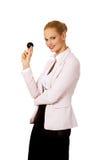 Mujer de negocios feliz que sostiene la bola de billar ocho foto de archivo