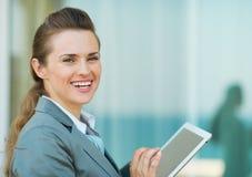 Mujer de negocios feliz que usa en PC de la tablilla Fotografía de archivo libre de regalías