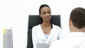 Mujer de negocios femenina que da una entrevista almacen de video