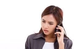 Mujer de negocios frustrada, decepcionada que usa smartphone fotos de archivo libres de regalías