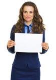 Mujer de negocios frustrada que muestra la hoja del papel en blanco Imagenes de archivo