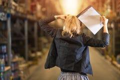 Mujer de negocios frustrada y que lleva a cabo su cabeza Fotos de archivo libres de regalías