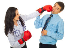 Mujer de negocios furiosa que golpea al hombre con el pie Foto de archivo libre de regalías