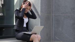 Mujer de negocios gritadora enojada que reacciona al problema fuera de la oficina metrajes