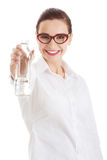 Mujer de negocios hermosa con la botella plástica de agua. Imagen de archivo