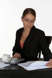 Mujer de negocios hermosa con la calculadora Foto de archivo libre de regalías