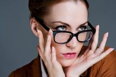 Mujer de negocios hermosa con los vidrios Imagenes de archivo