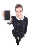 Mujer de negocios hermosa divertida que muestra el teléfono móvil con s en blanco Imagenes de archivo