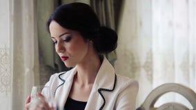Mujer de negocios hermosa en un restaurante Retrato, de una señora bonita en el almuerzo de negocios almacen de metraje de vídeo