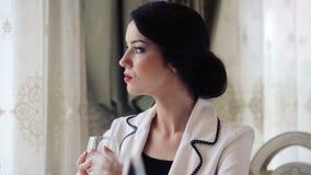 Mujer de negocios hermosa en un restaurante Retrato, de una señora bonita en el almuerzo de negocios metrajes