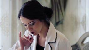 Mujer de negocios hermosa en un restaurante Retrato, de una señora bonita en el almuerzo de negocios almacen de video