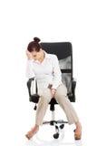 Mujer de negocios hermosa joven que se sienta en una silla. Imagen de archivo
