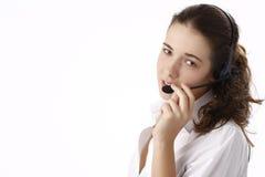 Mujer de negocios hermosa joven que usa el teléfono principal fotos de archivo libres de regalías