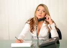 Mujer de negocios hermosa joven, sosteniendo el teléfono y escribiendo encendido no Imagenes de archivo