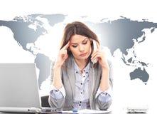 Mujer de negocios hermosa que contesta a llamadas internacionales Imágenes de archivo libres de regalías