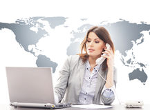 Mujer de negocios hermosa que contesta a llamadas internacionales foto de archivo libre de regalías