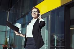 Mujer de negocios hermosa que mira el sol y que sonríe, hombres de negocios del concepto Foto de archivo libre de regalías