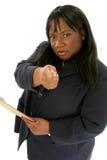 Mujer de negocios hermosa que señala con la pluma foto de archivo