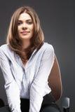 Mujer de negocios hermosa que se sienta en silla Foto de archivo libre de regalías