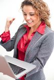 Mujer de negocios hermosa que sostiene el ordenador portátil fotos de archivo